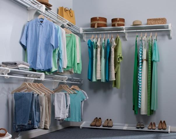 File:Walk In Closet - Expandable Closet Rod and Shelf.jpg - Wikimedia  Commons