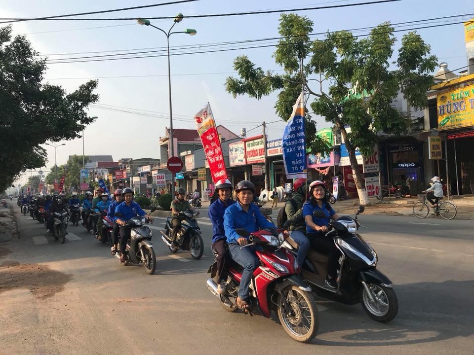Trong hình ảnh có thể có: 2 người, bao gồm Trần Hữu Thị Quý, mọi người đang cười, bầu trời, xe môtô, cây và ngoài trời