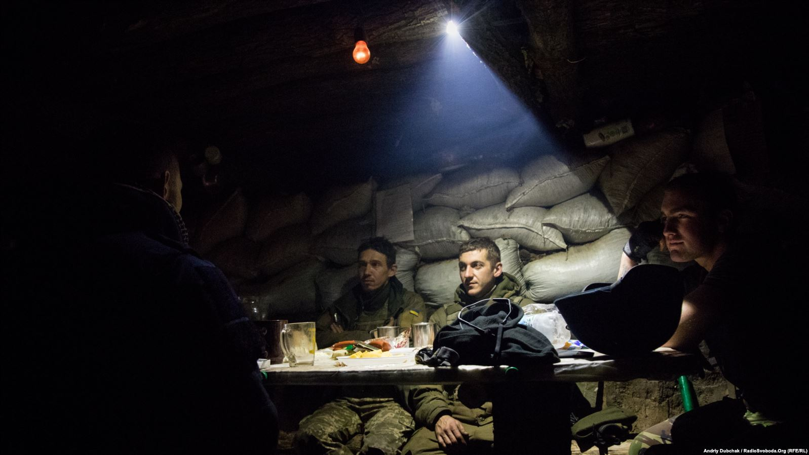 Вечеря під час бою. Українські військові вечеряють у бліндажі на передовій під Попасною, у той час як інші бійці придушували вогонь противника