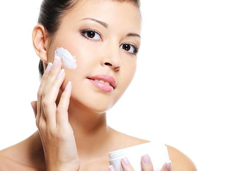 Chăm sóc da mặt bằng cách sử dụng kem dưỡng