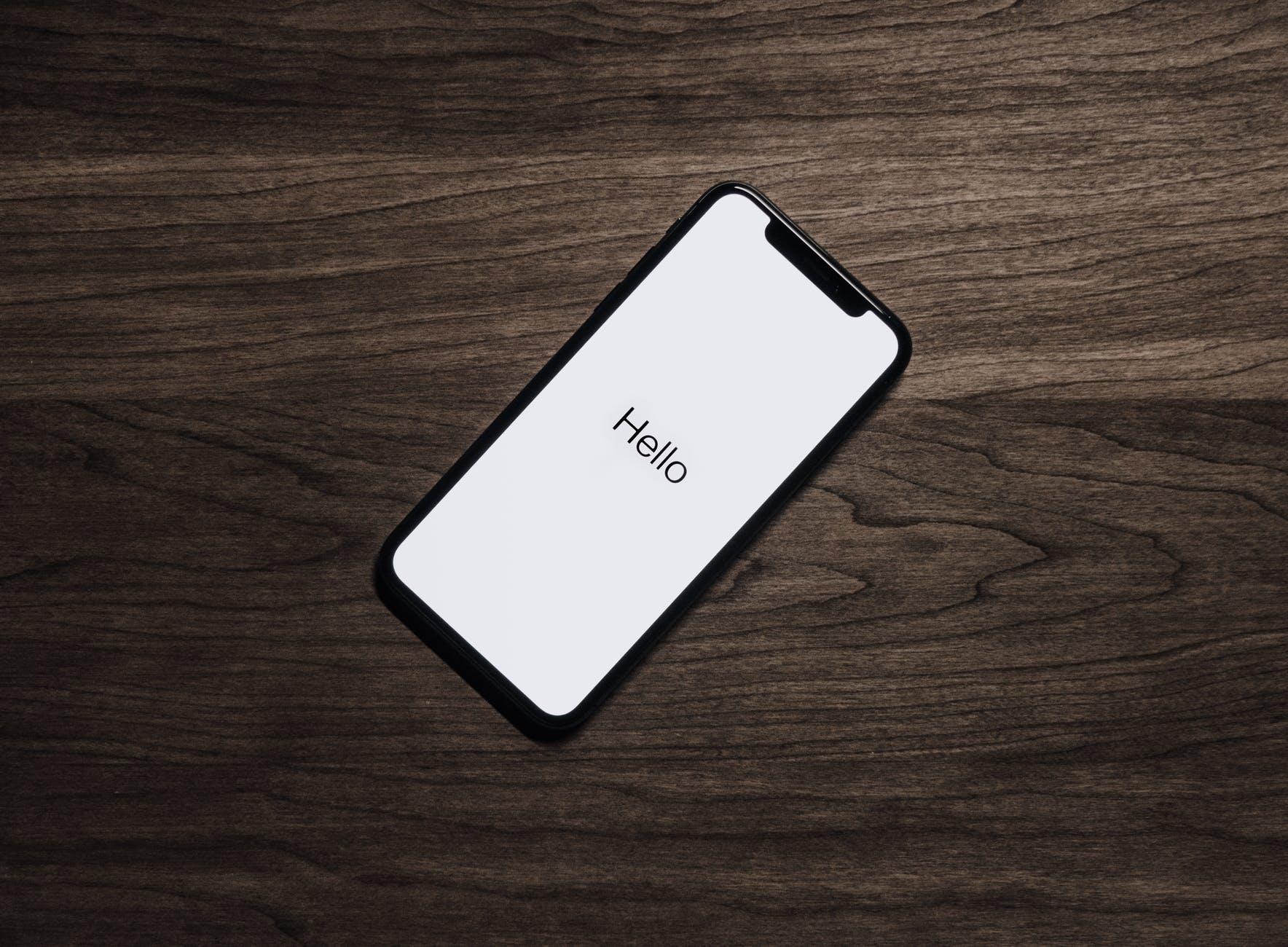 Telefono-usato-su-tavolo