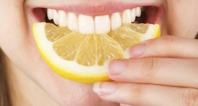 Làm trắng răng bằng chanh có thực sự hiệu quả như lời đồn?