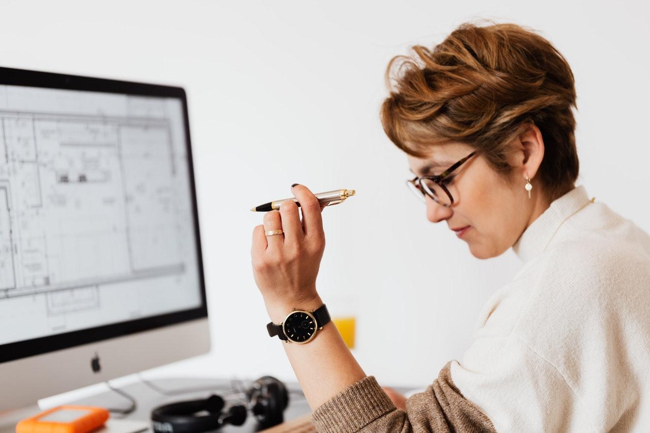 Een vrouw die zich concentreert en denkt aan een bureau