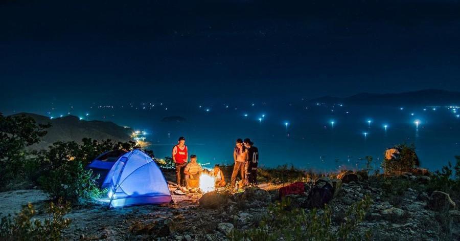 Cắm trại đêm khi đi tour Cô Tô chưa bao giờ hết hot