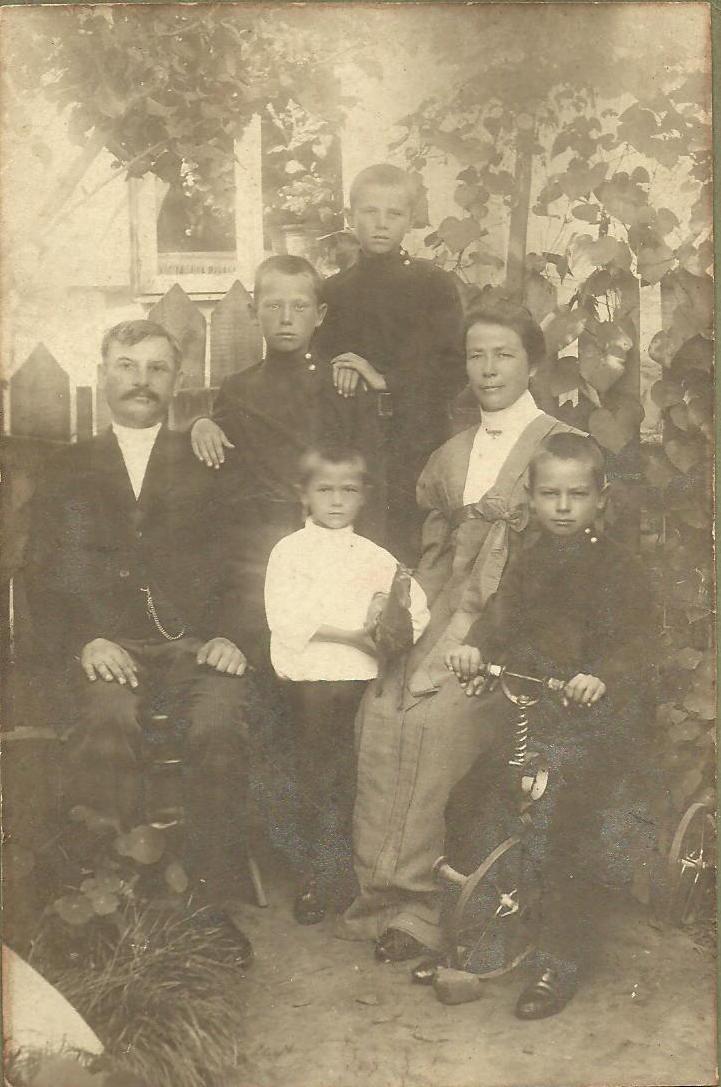 Сімейство Кисельових. На велосипеді — майбутній чекіст. З особистого архіву Ольги Ромасько