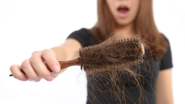 Rụng tóc là một dấu hiệu của bệnh nấm da đầu
