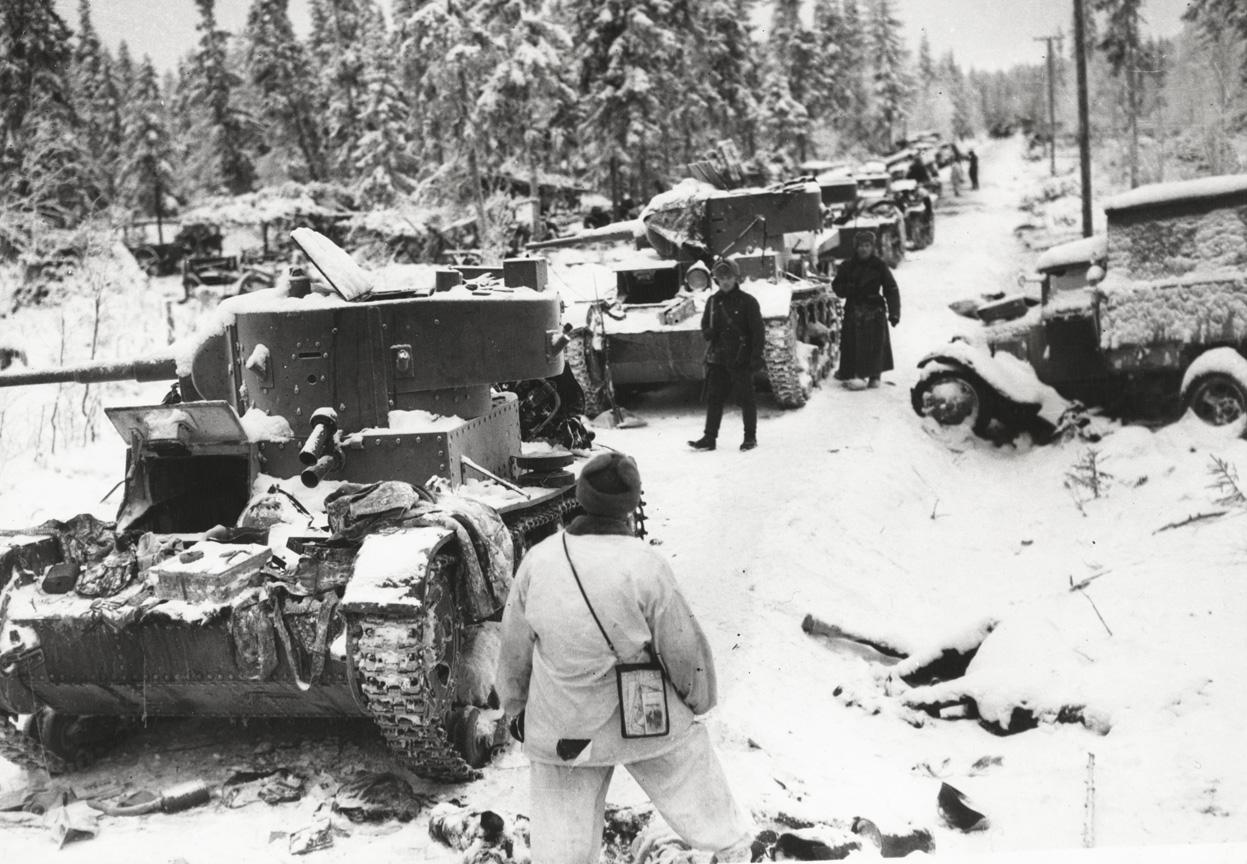 Фінські солдати оглядають розбиту колону 44-ї дивізії Червоної армії, 1940. Більшість танків навіть не пошкоджені, а покинуті екіпажами. Фото: Wikimedia