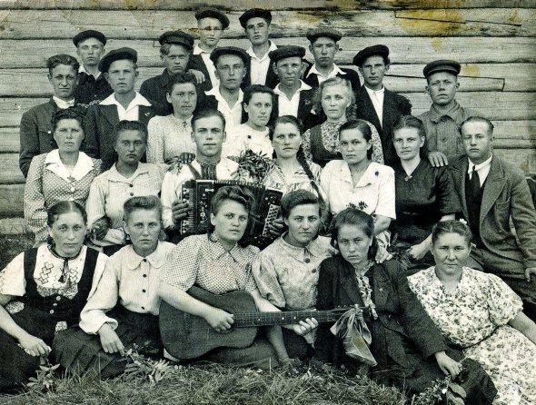 Ростислав Кушнірук (у центрі з баяном) на спецпоселенні в Кіровській області. Туди його з батьками і сестрою вислали 1944-го. Реабілітували за 14 років