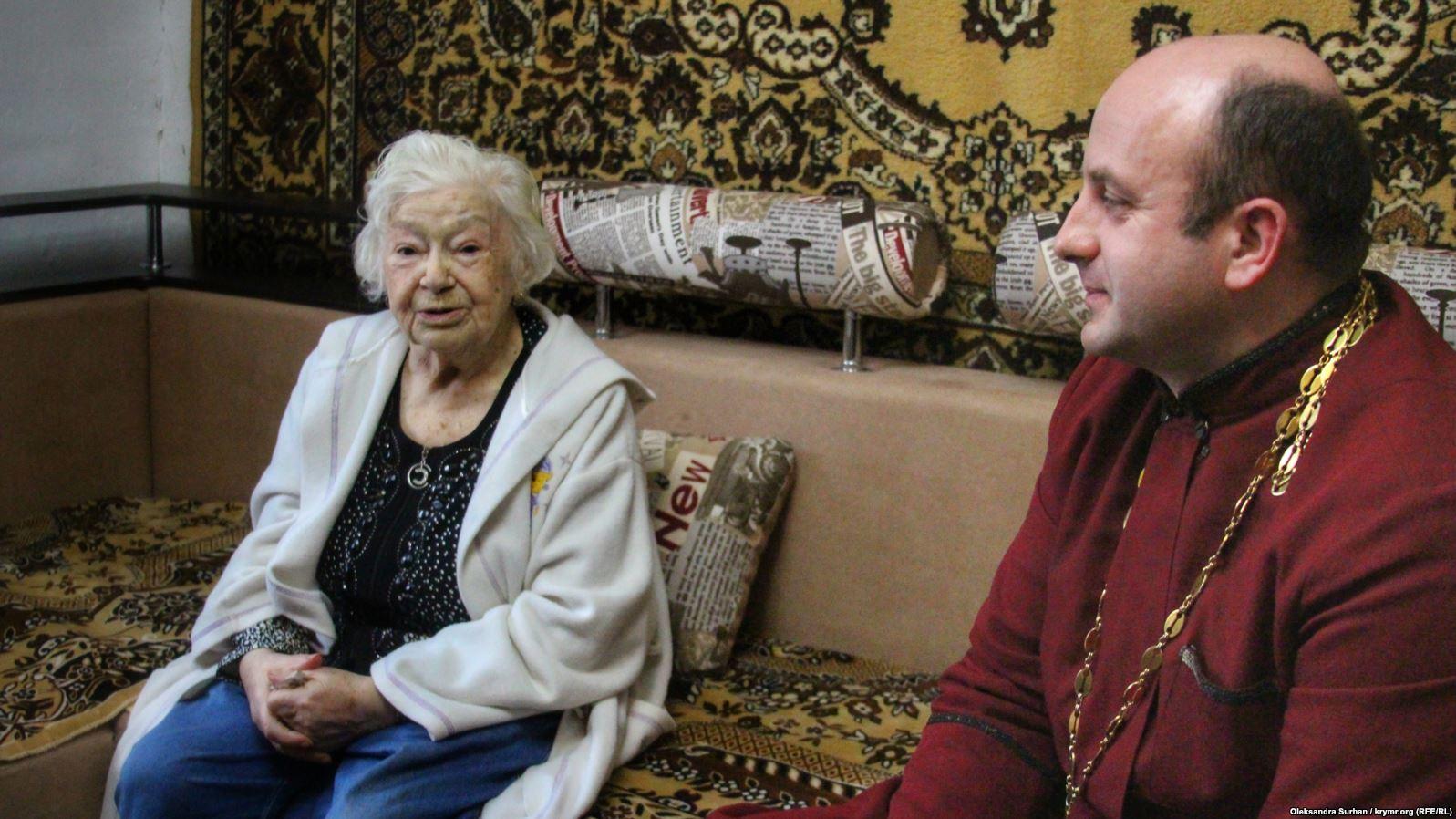 Пани Теодозию проведывает священник, они знакомы еще со времен Оранжевой революции. Отец Ярослав Гонтарь вспоминает, как женщина кричала на митинге: «Коммунисты, я вас не боюсь»