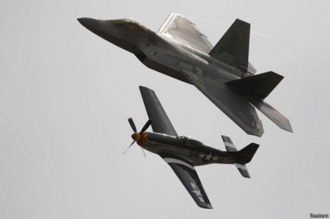 """Основной истребитель ВВС США Второй мировой войны """"Мустанг"""" и новейший """"Раптор"""" на авиашоу в Калифорнии"""