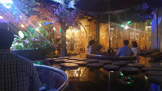 Không gian quán cafe cá koi buổi tối