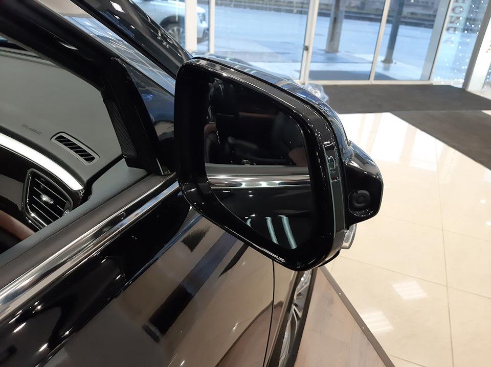 ри включении правого поворотника на дисплей передается изображение с камеры, встроенной в зеркало заднего вида