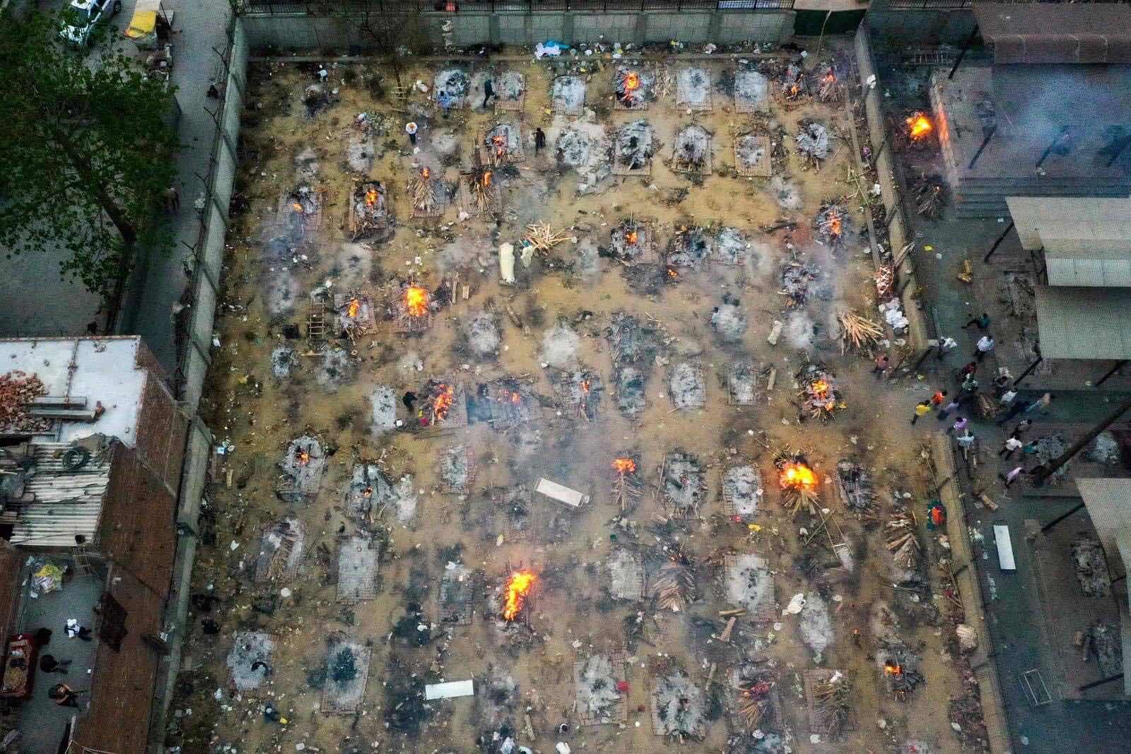 Hình ảnh hai là một ghat thiêu người chết, dù chết dịch hay chết bệnh, chết do tai nạn thì lễ hỏa táng đều giống nhau.
