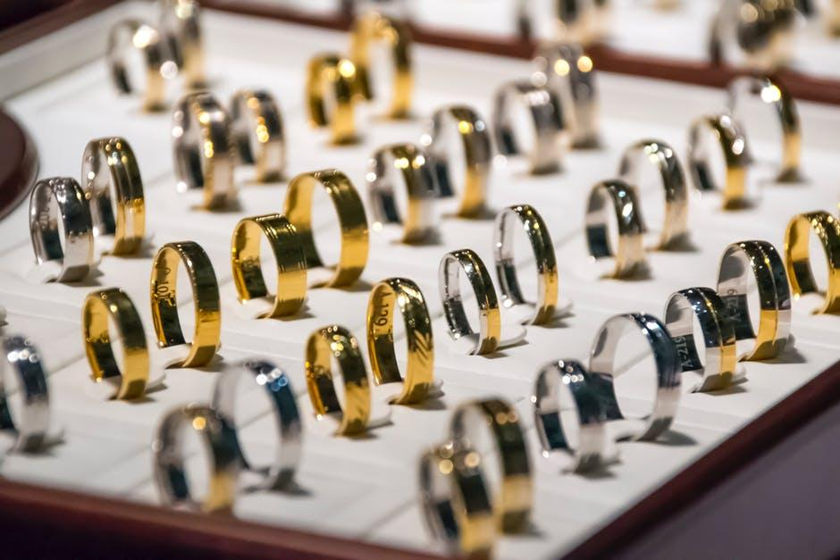 Gold vs Silver: What Type of Jewelry Should You Wear?