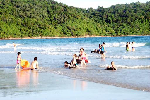 Tắm biển thư giãn