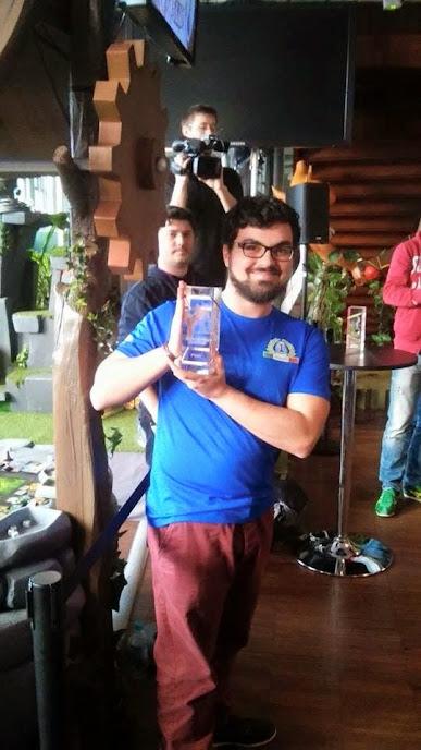 Andrea mostra orgoglioso il trofeo per il terzo posto conquistato durante il Mondiale di Krosmaster