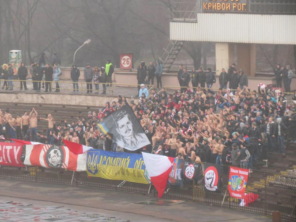"""Ультрас """"Кривбасу"""" з банером із зображенням Костя Пестушка"""