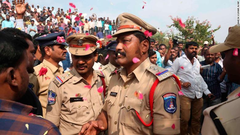 La policía hindú asesina a 4 hombres que violan a una veterinaria