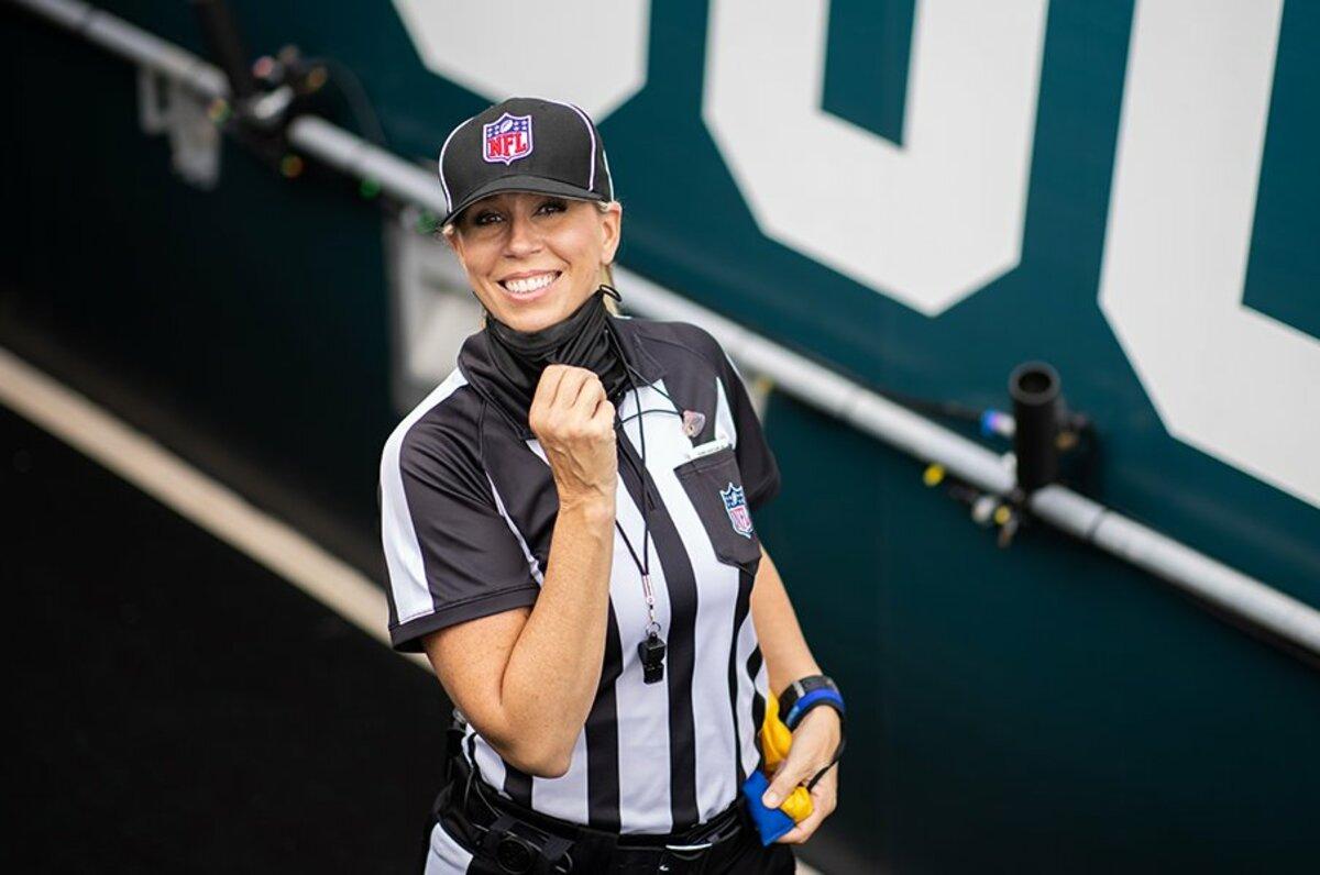 Sarah Thomas là người phụ nữ đầu tiên làm trọng tài trong Super Bowl