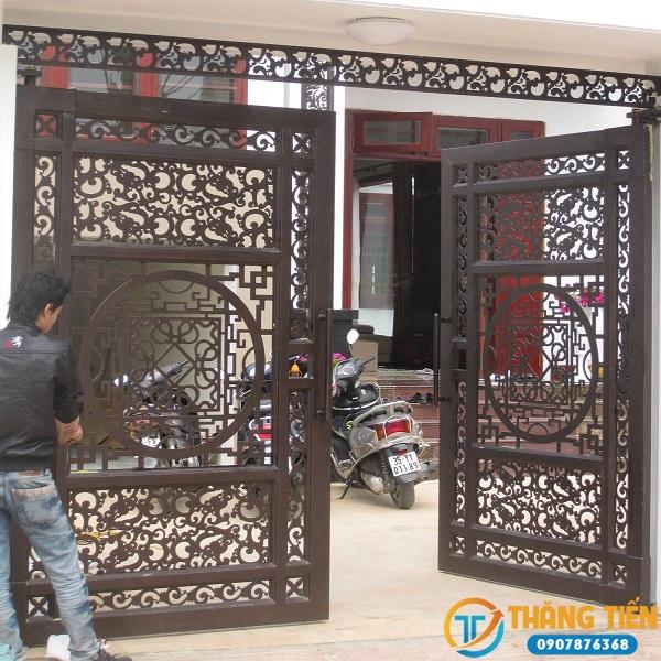 Thợ thi công lắp đặt cửa sắt tại Thăng Tiến