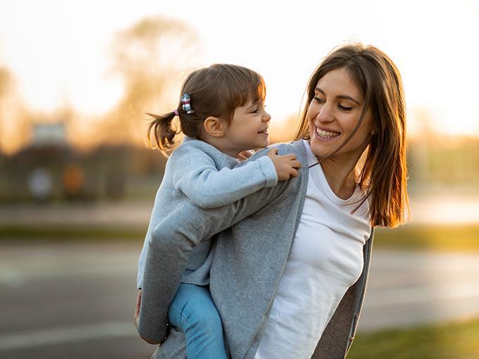 Eine Mutter trägt ihre Tochter auf dem Rücken: Diabetes ist zwar vererbbar, lässt sich aber auch durch den individuellen Lebensstil beeinflussen.