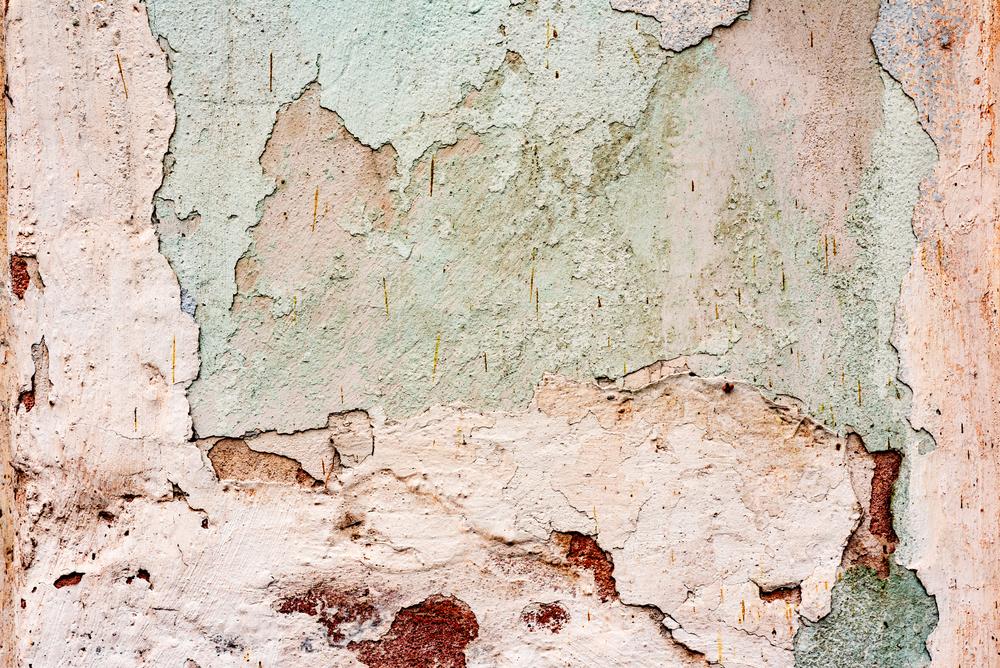 Uma parede descascando.