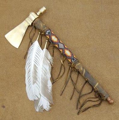 Esemplare di tomahawk-pipa con lama metallica e ornamenti tribali