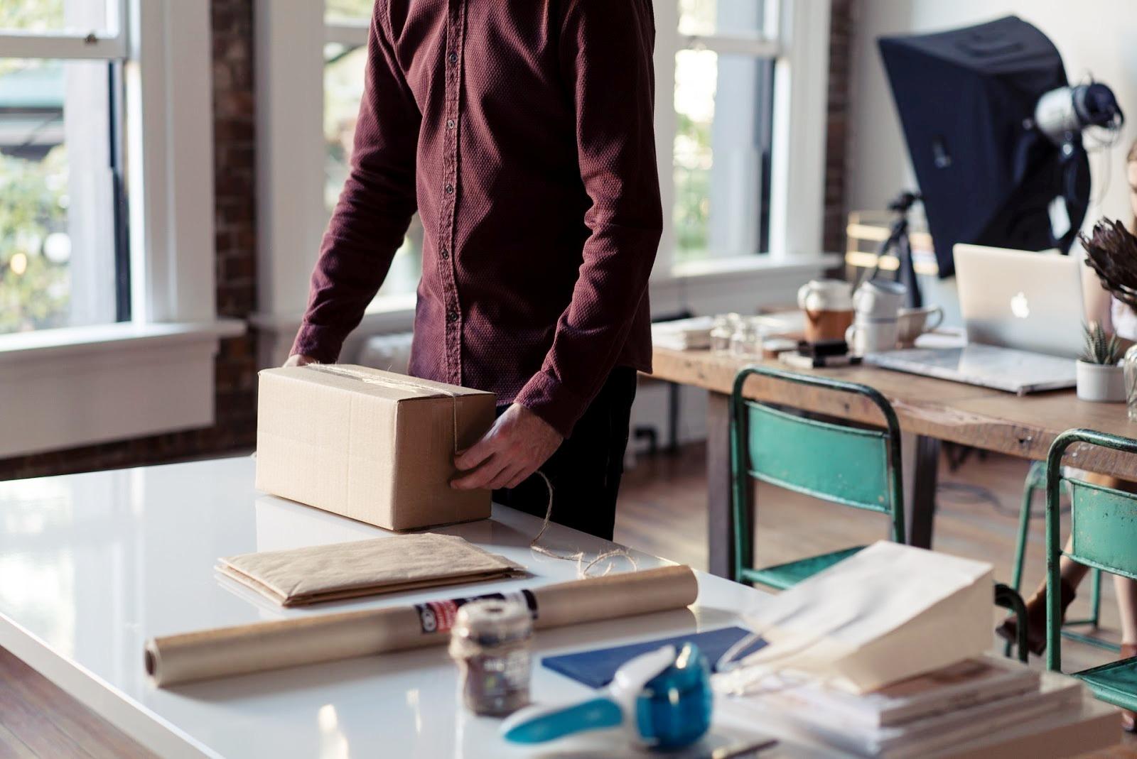 Reciclável, biodegradável e proveniente de matéria-prima renovável, a caixa de papelão é considerada uma embalagem sustentável (Foto: Adobe Stock)