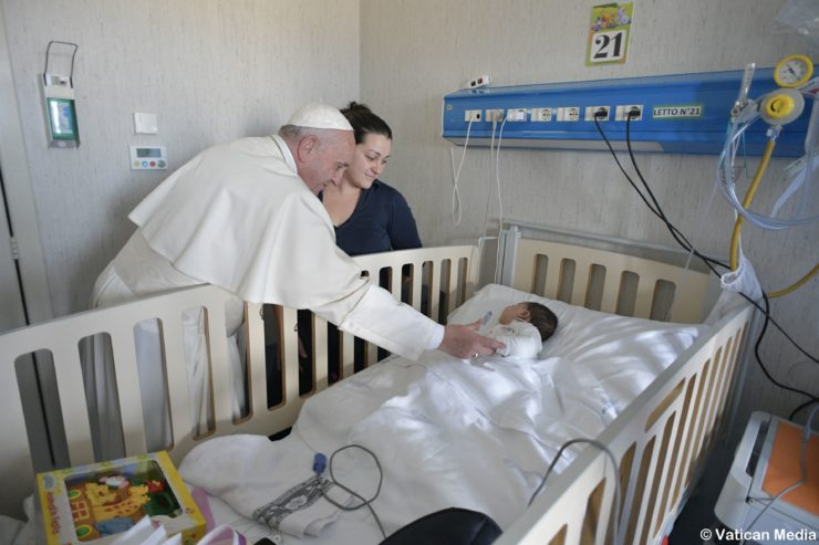 Đức Thánh Cha gây ngạc nhiên với chuyến thăm đến Nhà Thương Nhi Bambino Gesu