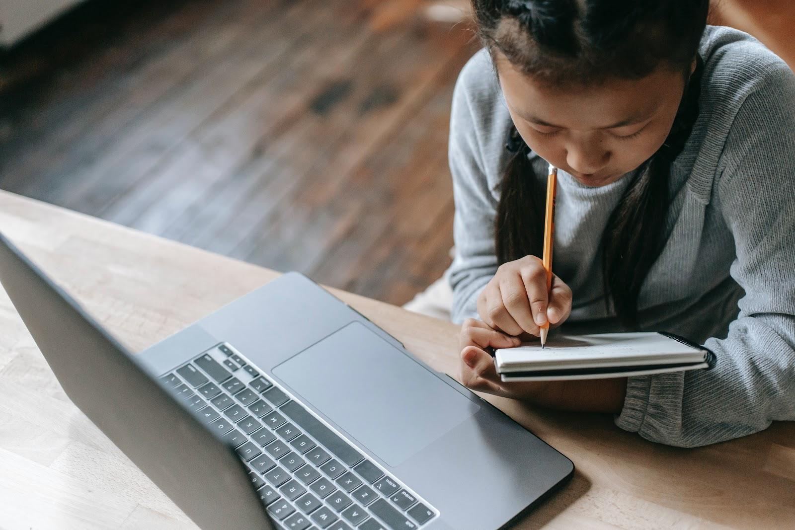 Muitos alunos não têm espaço em casa destinado apenas aos estudos. (Fonte: Pexels)