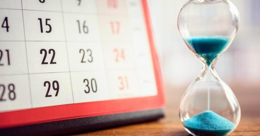 Ampulheta e calendário representando prazo de prestação de contas da administradora