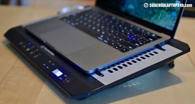 Sử dụng đế tản nhiệt cho laptop
