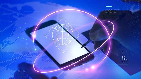 Pessoa mexendo em um smartphone com uma caneta e com símbolos de web na frente - Desenvolvedor Mobile - Programação