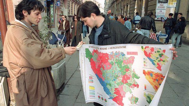 Торговец продает этническую карту Боснии и Герцеговины
