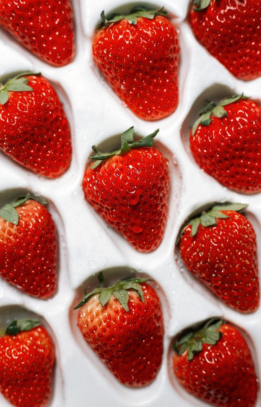 A group of strawberries  Description automatically generated with medium confidence