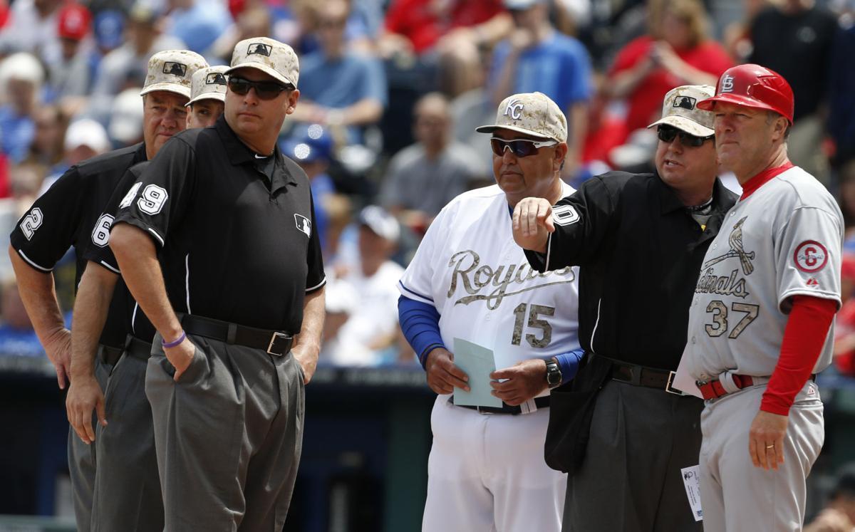 Hombre con uniforme de béisbol con espectadores  Descripción generada automáticamente
