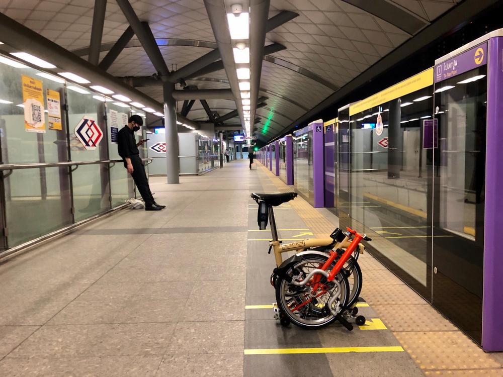 Diferente dos modelos tradicionais, a versão dobrável da bike não tem restrições para embarcar no metrô e no trem. (Fonte: Shutterstock/Somphop Krittayaworagul/Reprodução)
