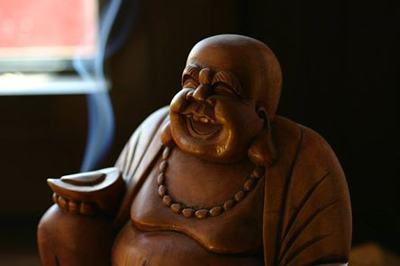 Fénykép: Bőség-szimbólum a nevető/mosolygó Buddha is... Klasszikusan keleti, és szintén a Feng Shui nagy kedvence is.Állítólag a pénzügyekben is segítségünkre van, ha a gazdagság területén ráadásul kb. a szemmagasságunknál kicsit magasabban helyezzük el. Ázsiában az üzleti világban, a pénzügyekkel foglalkozók ~ úgy hírlik -  mind tartanak belőle az irodájukban, és meg is szokták simogatni a gömbölyű pocakját, hogy jó sok pénzt, anyagi sikereket hozzon.Még több hasznosság, JÓság változatlanul itt: GazdagNők(a kép forrása: SXC)