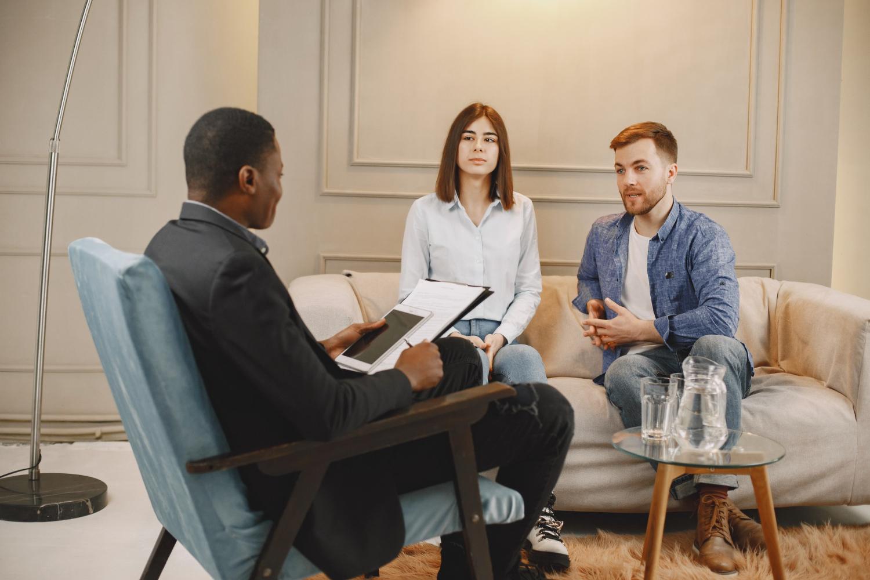A psicoterapia também pode ser realizada em casais ou com famílias (Imagem: prostooleh/Freepik)