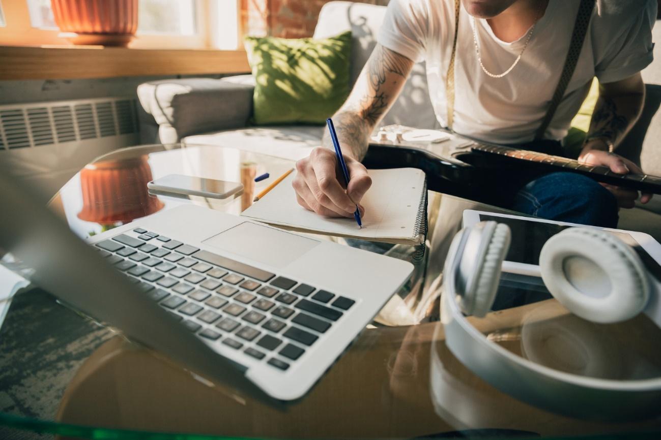 Pessoa posando para foto em frente a mesa com computador  Descrição gerada automaticamente
