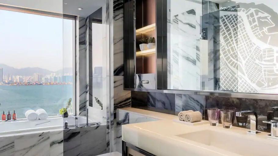 浴室設計明亮,可以一覽維港景色