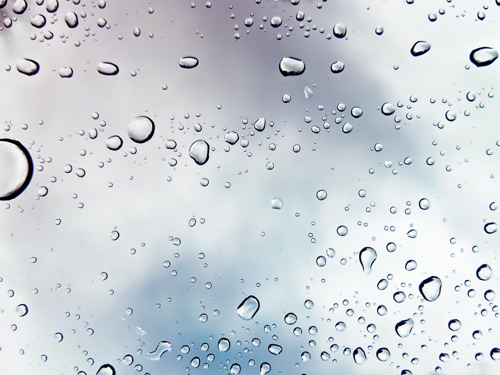 טיפות מים על חלון