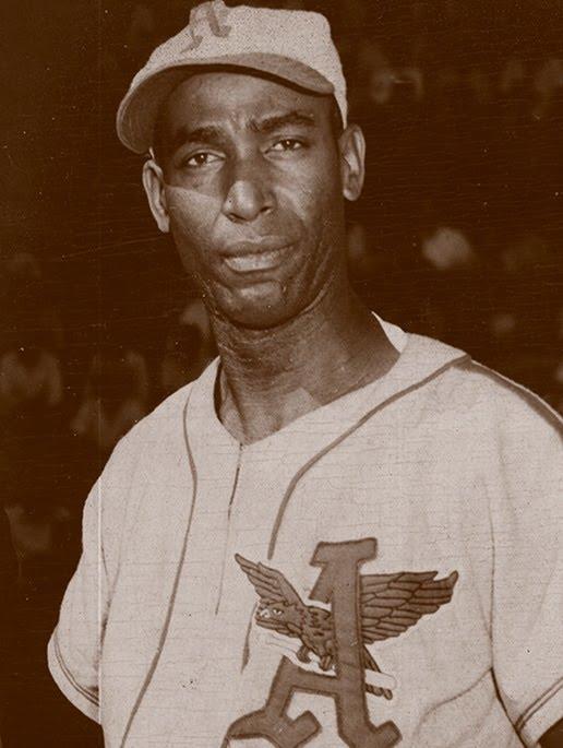 Foto en blanco y negro de un hombre con una gorra  Descripción generada automáticamente