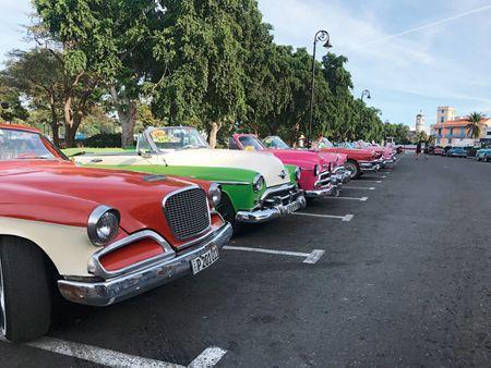 這些骨董車,都是1962年美國對古巴貿易禁運前進口的美國車,外形車身都是40、50年代的,裏面的引擎因為時日久遠,都已換裝過,是不同國家的拼裝配件。車子主要招攬觀光客乘坐,一小時約30到40CUC,可議價。很多醫師、工程師、律師,晚上兼差開骨董車(楊仁烽攝影)