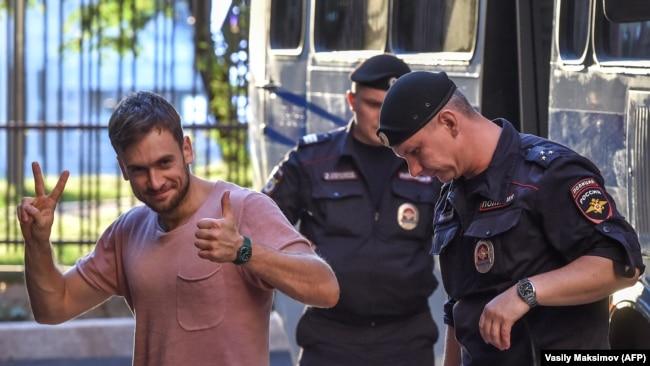 Петр Верзилов под конвоем полиции во время суда над ним, Москва, 31 июля 2018 года
