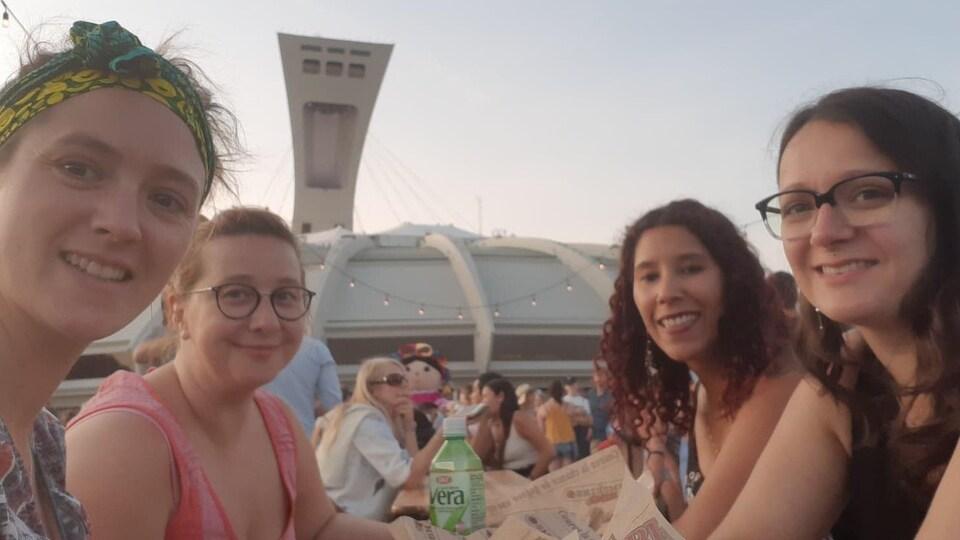 Quatre femmes installées devant le Stade olympique.