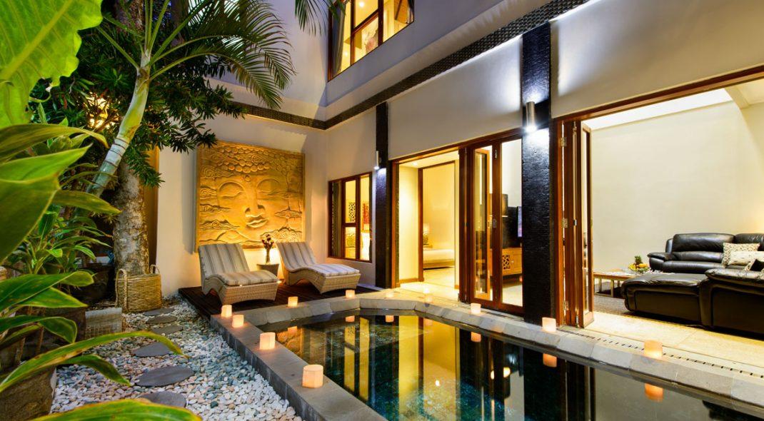Inspirasi hunian bergaya tropical yang mendatangkan cahaya alami ke dalam rumah - source: balivillaescapes.com.au