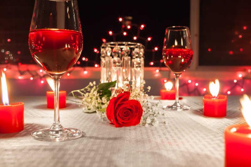 红酒蜡烛红玫瑰图片-桌上的浪漫晚餐布置红酒蜡烛红玫瑰素材-高清图片-摄影照片-寻图免费打包下载