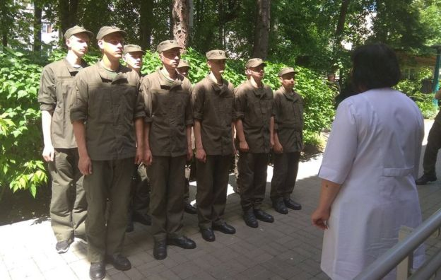 Ukrainian soldiers line up for vaccination