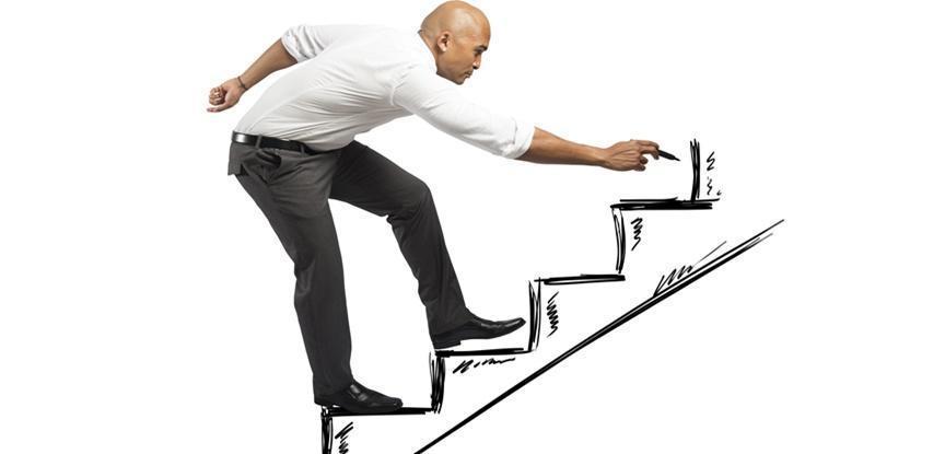 Homem construindo a própria escada para subir